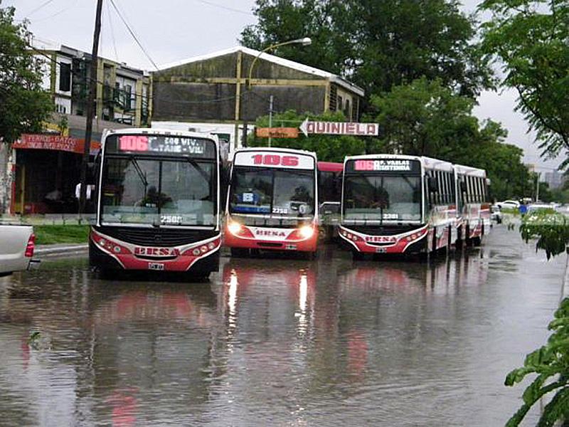 Resultado de imagen para colectivos resistencia lluvia