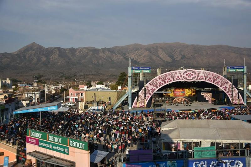Cosquín: Una multitud festejó los 80 años de la capital del folklore - Chaco Dia Por Dia