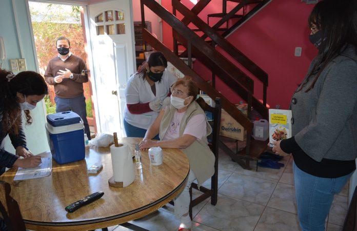 En el barrio España continuó la campaña integral de vacunación a adultos mayores